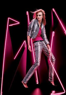 Blazer (R$ 129,90) e calça com estampa de cobra (R$ 129,90) são usados com blusa fúcsia (R$ 39,90), por Carol Trentini