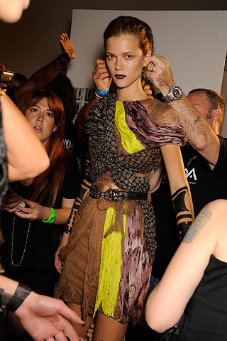 modelo no backstage da Rodarte verão 2010