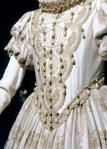 Detalhe-vestido-pérolas-ouro-e-cetim-DIV